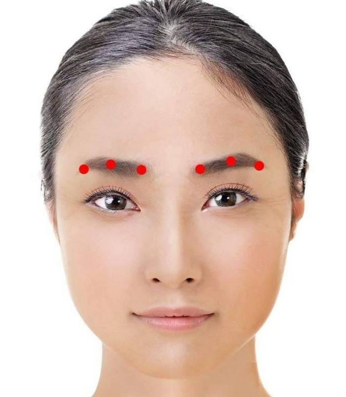 Học phương pháp massage cho vùng da mắt trong vòng 1 phút duy trì nét thanh xuân cho đôi mắt